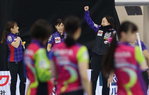 第5戦 第7エンド、2点を取って喜ぶロコ・ソラーレの藤沢(右奥)ら(代表撮影)