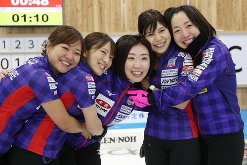 日本代表に決まって喜ぶロコ・ソラーレの、右から藤沢、吉田夕、石崎、鈴木、吉田知(代表撮影)