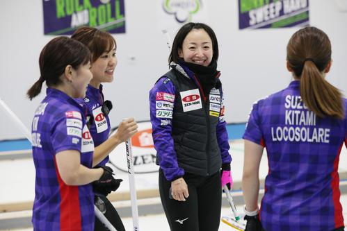 第3エンドで2得点を決め、笑顔を見せるロコ・ソラーレの藤沢五月(右から2人目)(代表撮影)
