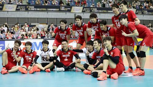 日本対カタール カタールを3-0で下し、笑顔の日本代表。後列右から3人目はキャプテン石川祐希(撮影・丹羽敏通)