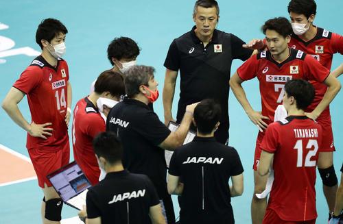 日本対カタール 第2セット、スタッフの指示を聞く日本代表。中央は中垣内祐一監督、左端はキャプテン石川祐希(撮影・丹羽敏通)