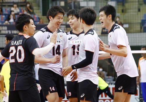 日本―インド 第3セット、得点を決め喜ぶ石川(14)ら日本(共同)