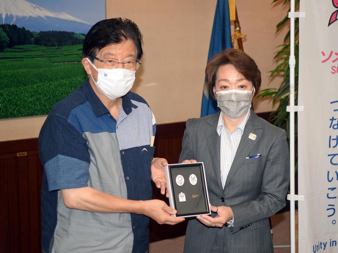 記念品を手に記念撮影する東京五輪・パラリンピック組織委員会の橋本会長(右)と静岡県の川勝知事