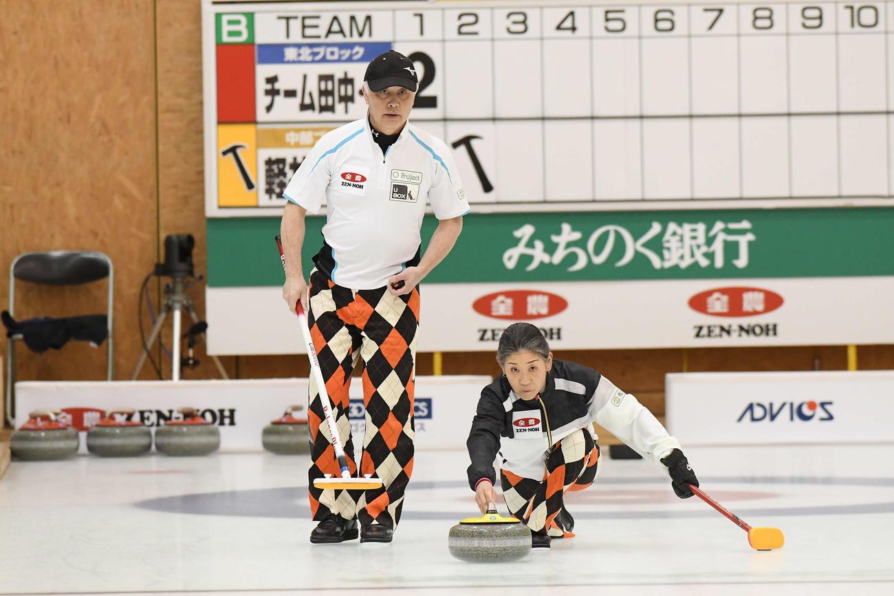 今年2月、カーリング混合ダブルスの日本選手権に出場した松村保(左)なぎさ夫妻ペア(C)JCA IDE