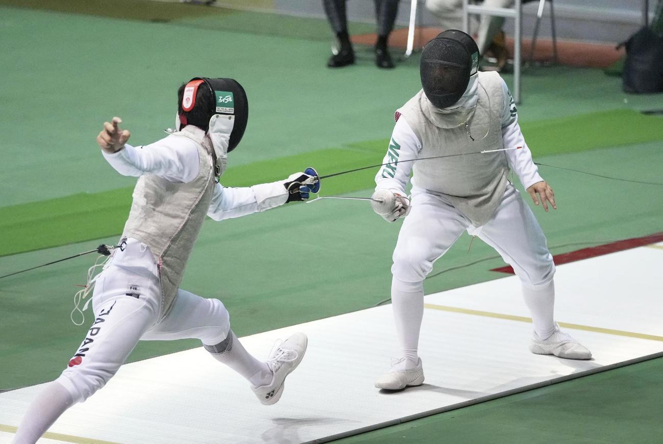 男子フルーレ準決勝で永野雄大(右)と対戦する三宅諒(左)