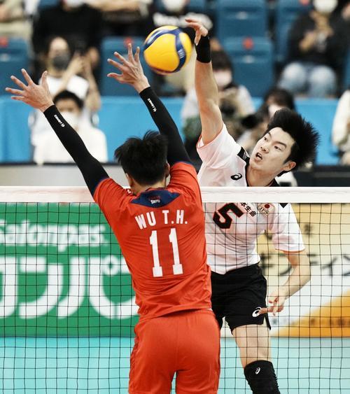 日本対台湾 第2セット、スパイクを決める大塚(右)(共同)