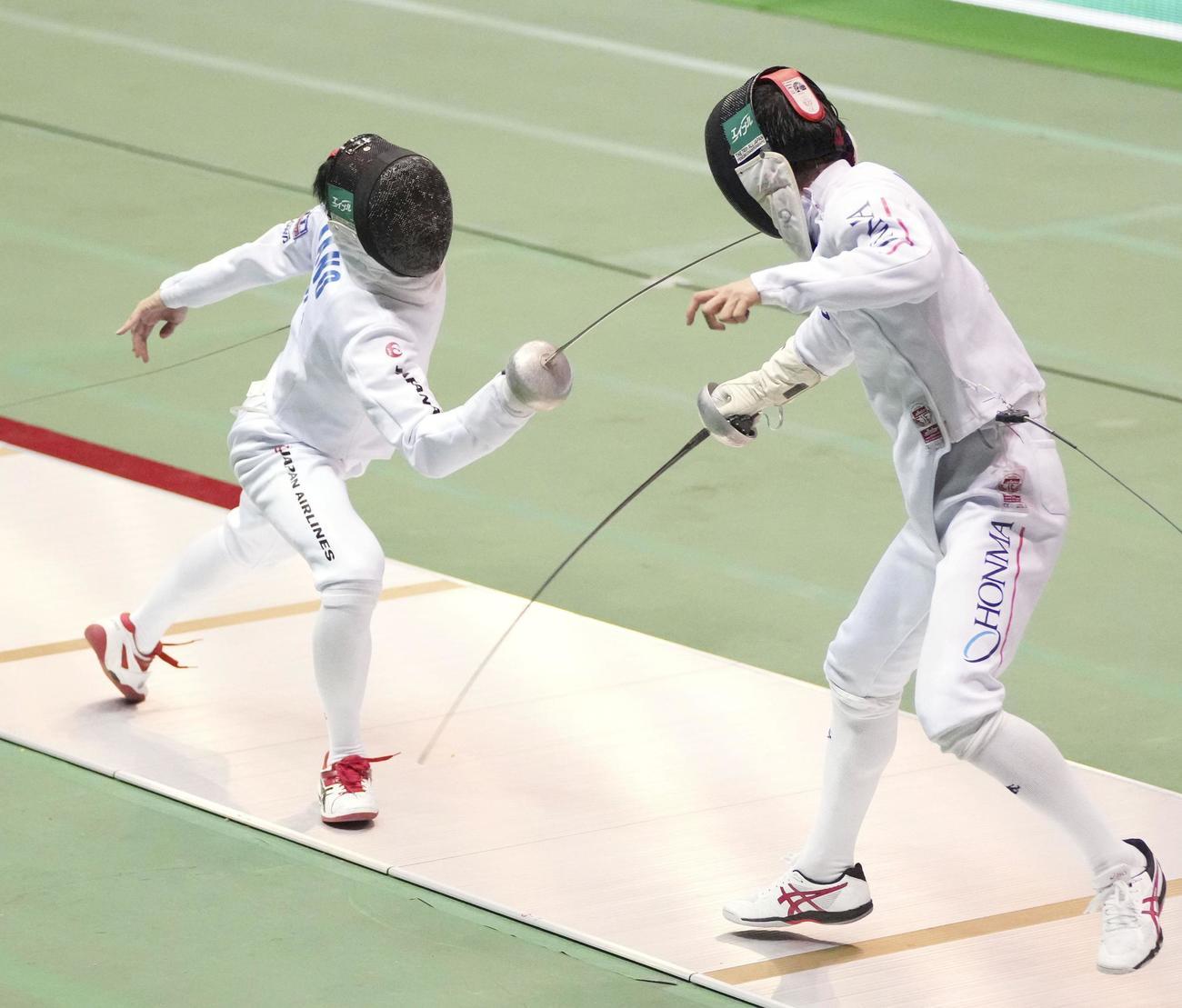 男子エペ準決勝 古俣聖(右)からポイントを奪う加納虹輝(共同)