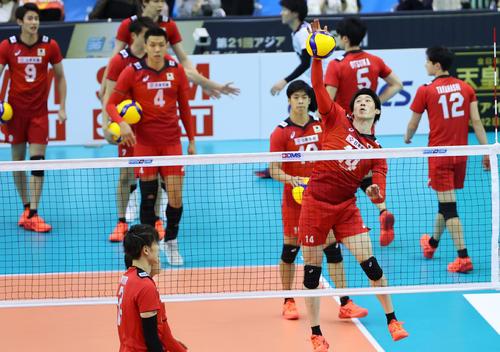 日本対イラン 試合前、ウオーミングアップを行う石川(右)のら日本の選手たち(撮影・垰建太)