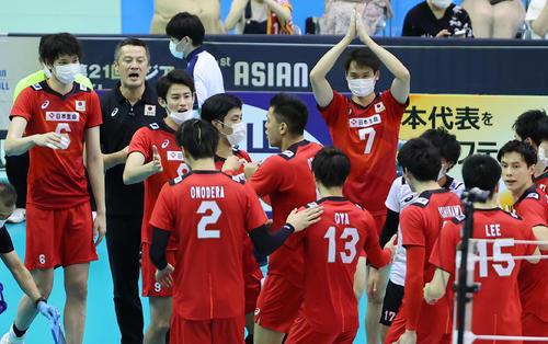 日本対イラン 第1セット、タイムアウトをとり選手たちに指示を出す日本の中垣内監督(左から2人目)(撮影・垰建太)