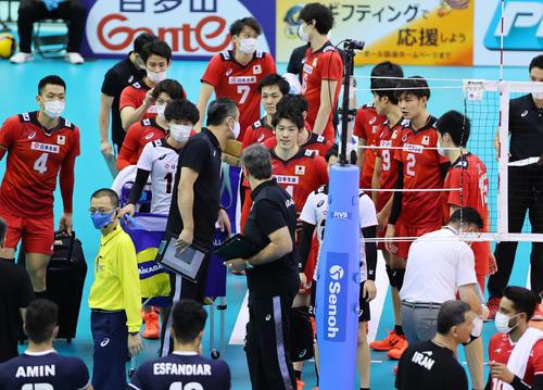 日本対イラン 第1セットを奪われ渋い表情の石川(中央)ら日本の選手たち(撮影・垰建太)