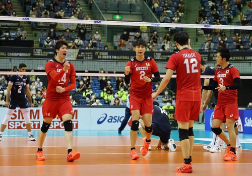 日本対イラン 第2セット、得点を奪い喜ぶ日本の選手たち(撮影・垰建太)