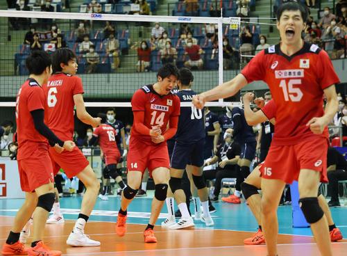 日本対イラン 第3セット、得点を奪い雄たけびを上げる石川祐希(中央)ら日本の選手たち(撮影・垰建太)