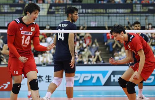 日本対イラン 第3セット、得点を奪い雄たけびを上げる石川(左)、高橋ら(撮影・垰建太)