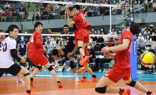 日本対イラン 第3セット、スパイクを決められる石川(左から2人目)ら日本の選手たち(撮影・垰建太)