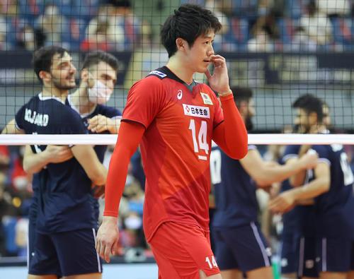 日本対イラン イランのチャレンジが有効となり敗れた日本の石川(中央)は喜ぶイランの選手たちを背にぼうぜんと引き揚げる(撮影・垰建太)