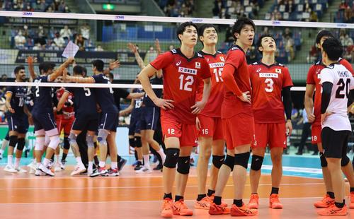 日本対イラン 3セット、イランのチャレンジが有効となり敗れた石川(左から3人目)ら日本の選手たちは喜ぶイランの選手たちを背にぼうぜんとビジョンの映像を見つめる(撮影・垰建太)