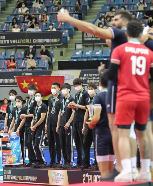 日本対イラン 優勝し表彰台の上で喜ぶイランの選手たちを見つめる石川(左端)ら日本の選手たち(撮影・垰建太)