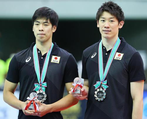 日本対イラン 表彰式後、写真に納まるベストOPに選ばれた宮浦(左)とベストWSに選ばれた石川=2021年9月19日(撮影・垰建太)