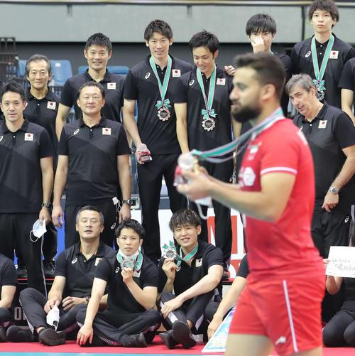 日本対イラン 準優勝し記念写真の撮影中、イランの選手に横切られる日本の選手たち(撮影・垰建太)