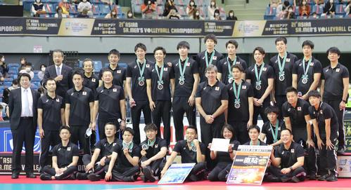 日本対イラン 準優勝し記念写真に納まる日本の選手たち(撮影・垰建太)