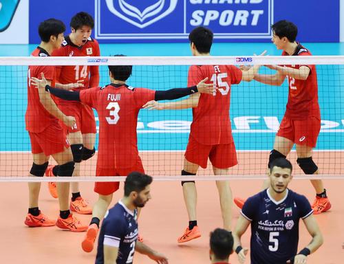日本対イラン 第1セット、得点を奪い喜ぶ石川(左から2人目)ら日本の選手たち(撮影・垰建太)