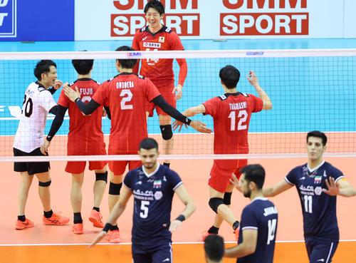 日本対イラン 第1セット、得点を奪い喜ぶ石川(中央)ら日本の選手たち(撮影・垰建太)