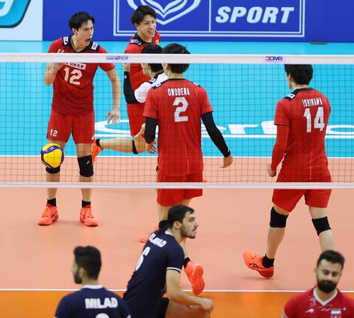 日本対イラン 第1セット、得点を奪い雄たけびを上げる日本の高橋(左上)ら選手たち(撮影・垰建太)