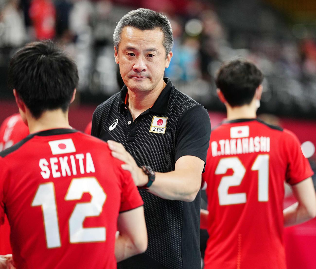 男子準々決勝でブラジルに敗れ、関田(左)ら日本の選手たちをねぎらう中垣内監督(撮影・江口和貴)
