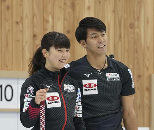 決定戦第1試合の第6エンド、笑顔を見せる松村千(左)と谷田(代表取材)