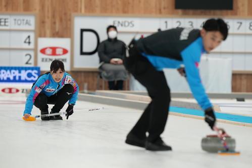 決定戦第1試合の第5エンド、ショットを放ち声を出す吉田(左)。手前は松村雄(代表取材)
