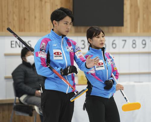 決定戦第1試合の第6エンド、作戦を話し合う松村雄(左)と吉田(代表取材)