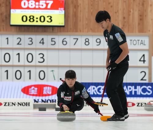 決定戦第1試合の第5エンド、ショットを放つ松村千。右は谷田(代表取材)