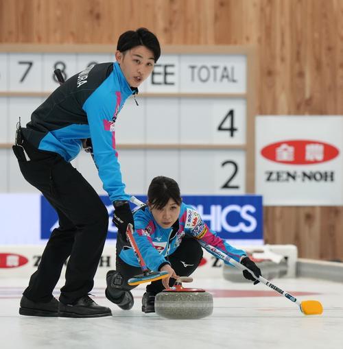 決定戦第1試合の第5エンド、ショットを放つ吉田。左は松村雄(代表取材)