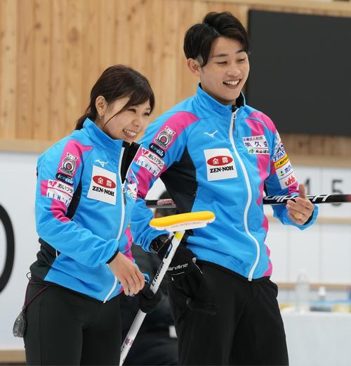 決定戦第2試合の第2エンド、笑顔の吉田(左)と松村雄(代表取材)