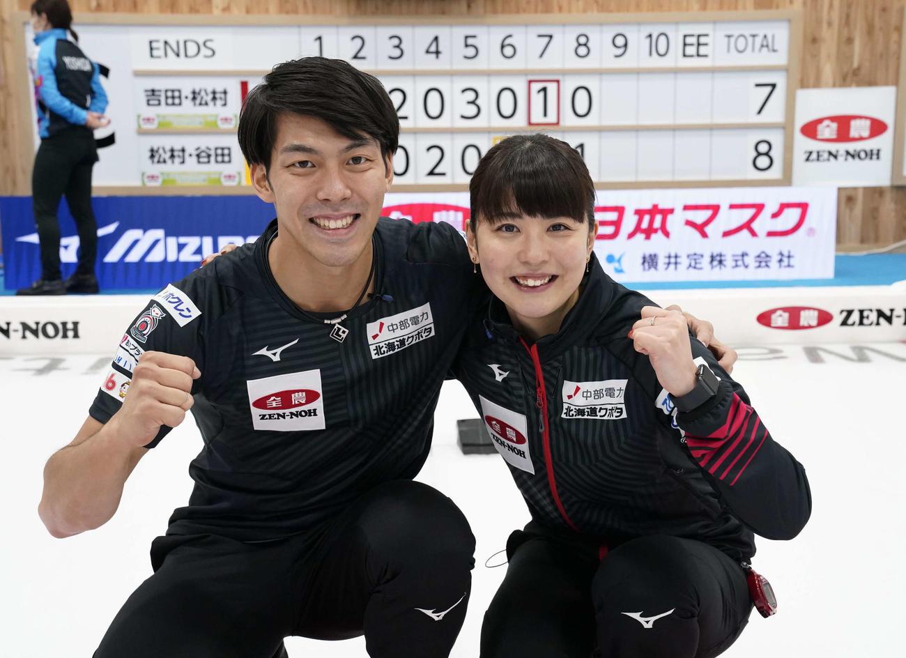 決定戦第2試合で勝利し代表に決まり、ポーズをとる松村千(右)と谷田(代表撮影)