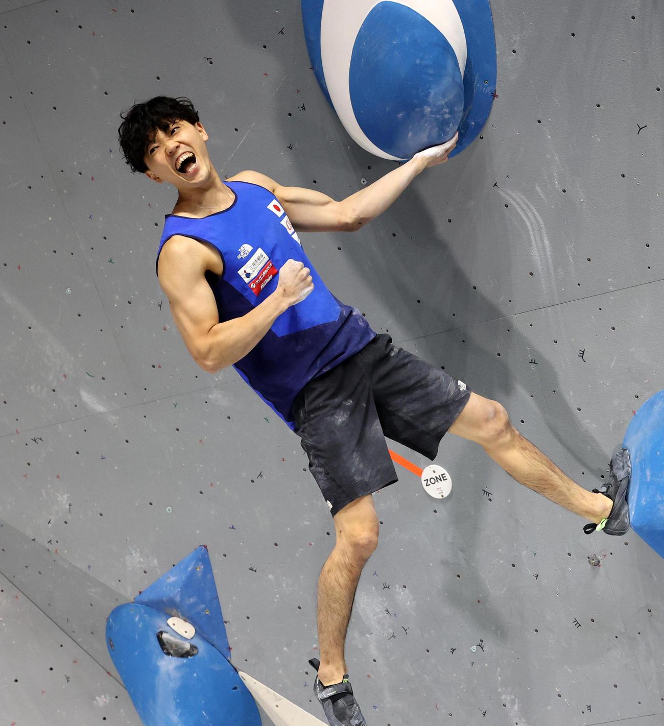 男子ボルダリングで初優勝し、雄たけびを上げる藤井快(AP=共同)