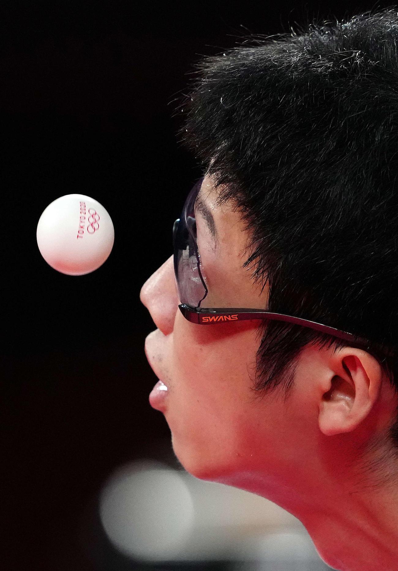 東京五輪 卓球男子団体3位決定戦、サーブでボールを見つめる水谷(2021年8月6日撮影)