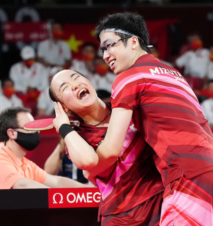 東京五輪 卓球混合ダブルス決勝ダブルスで優勝を決める水谷(右)と伊藤(2021年7月26日撮影)