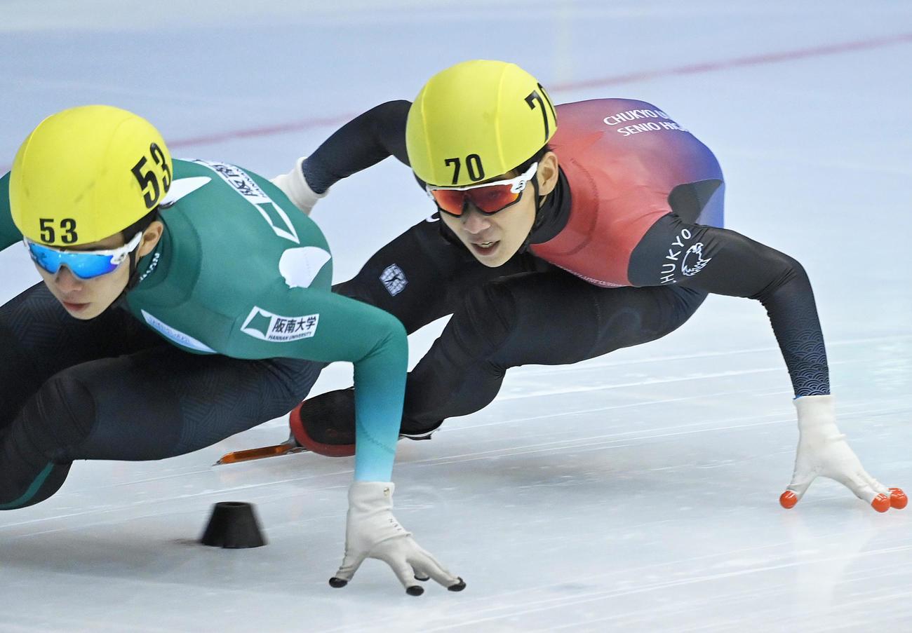 スピードスケート・ショートトラック全日本距離別選手権 男子500メートル決勝 決勝を滑る2位の夏目笑(右)。左は優勝した宮田将吾(代表撮影)