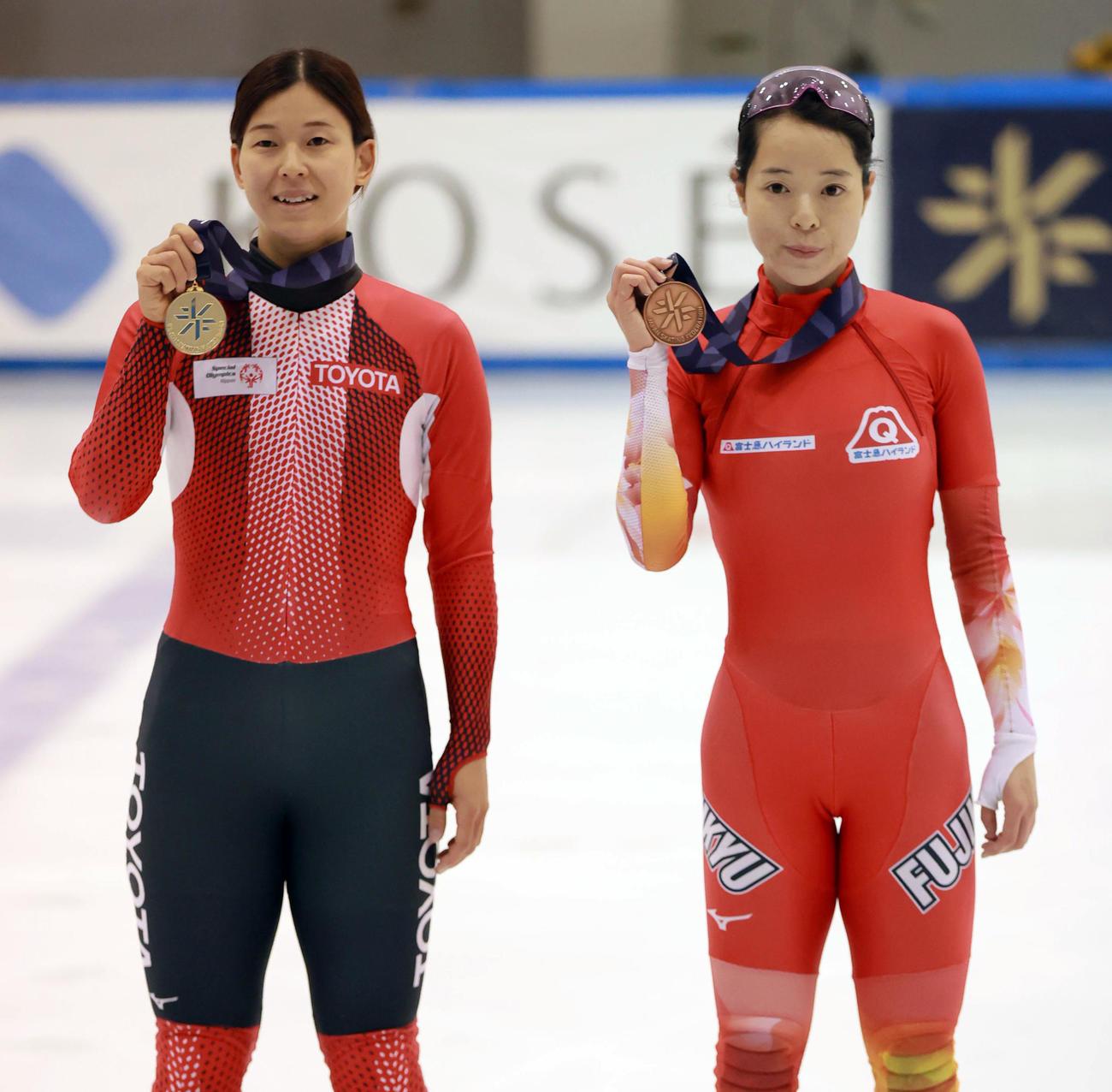 女子1000メートル決勝 優勝した平井亜実(左)と3位の菊池純礼(代表撮影)