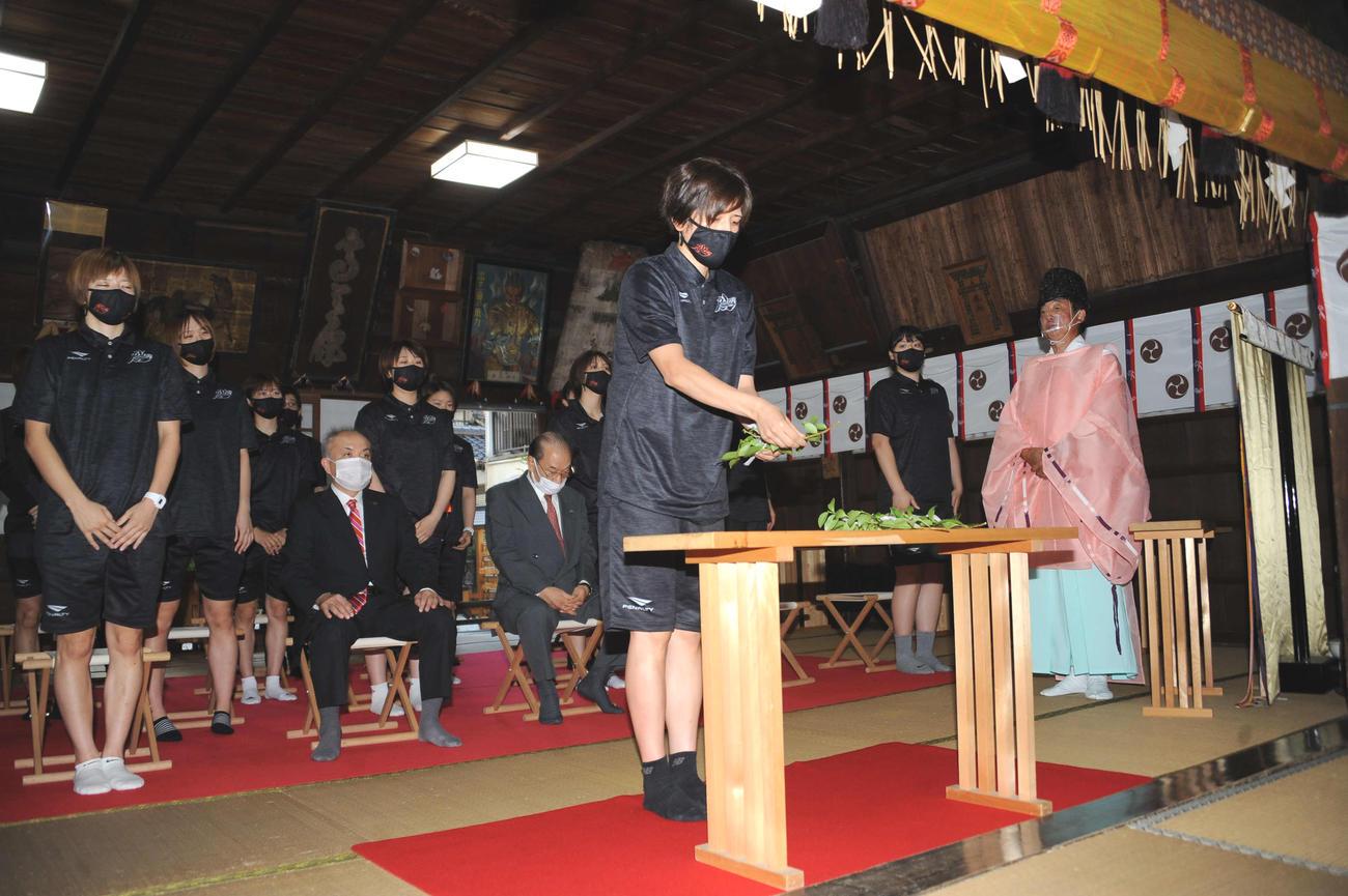 玉串を奉納する北川主将(中央)