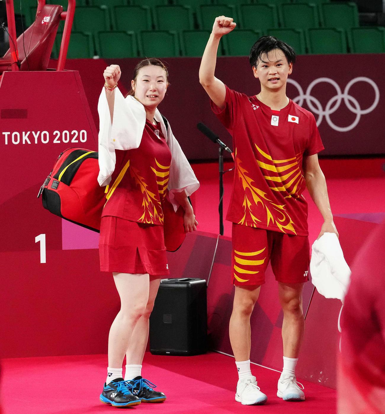 東京五輪バドミントン混合ダブルス3位決定戦で勝利しガッツポーズを見せる渡辺(右)、東野組(2021年7月30日撮影)