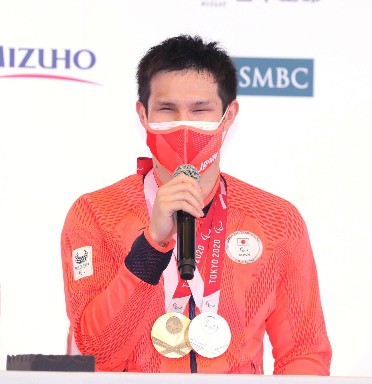 メダルを胸に会見する木村敬一(2021年9月4日撮影)