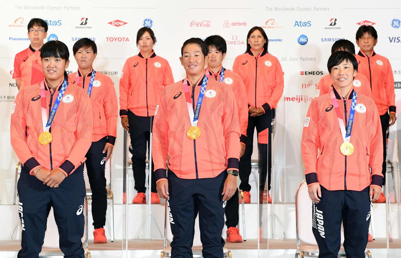 記念撮影するソフトボール上野由岐子(前列中央)ら(2021年7月28日撮影)