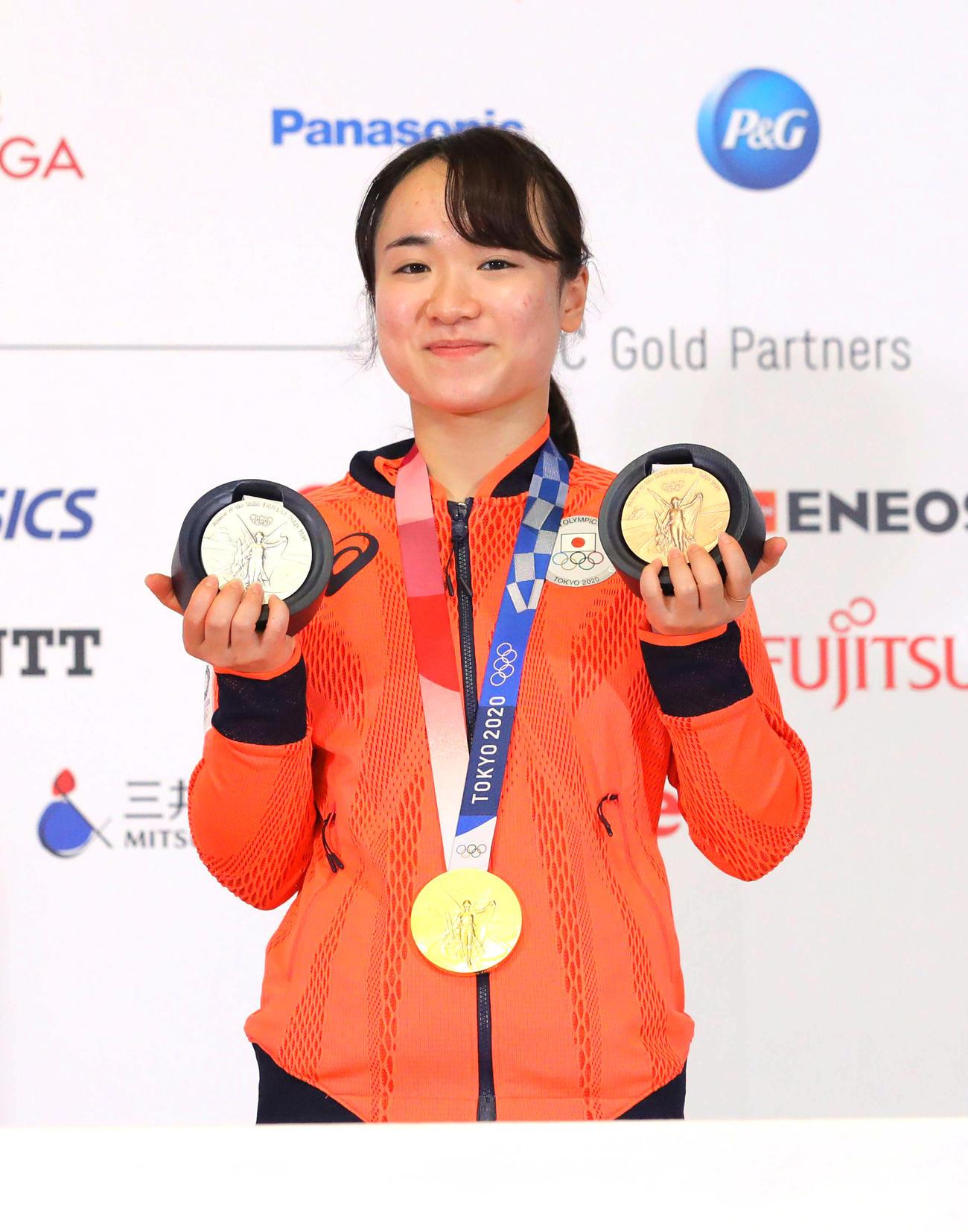 金銀銅のメダルを獲得し笑顔で写真に納まる伊藤(2021年8月7日撮影)