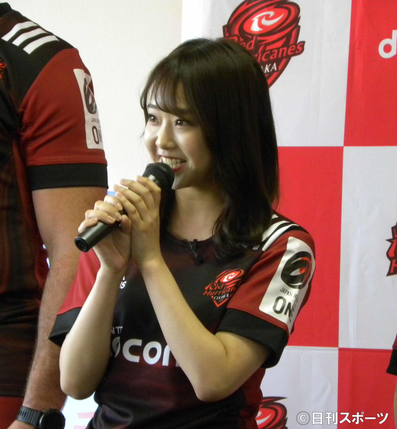 NTTドコモレッドハリケーンズ大阪の公式アンバサダー就任式で思いを語るNMB48の加藤夕夏(撮影・松本航)