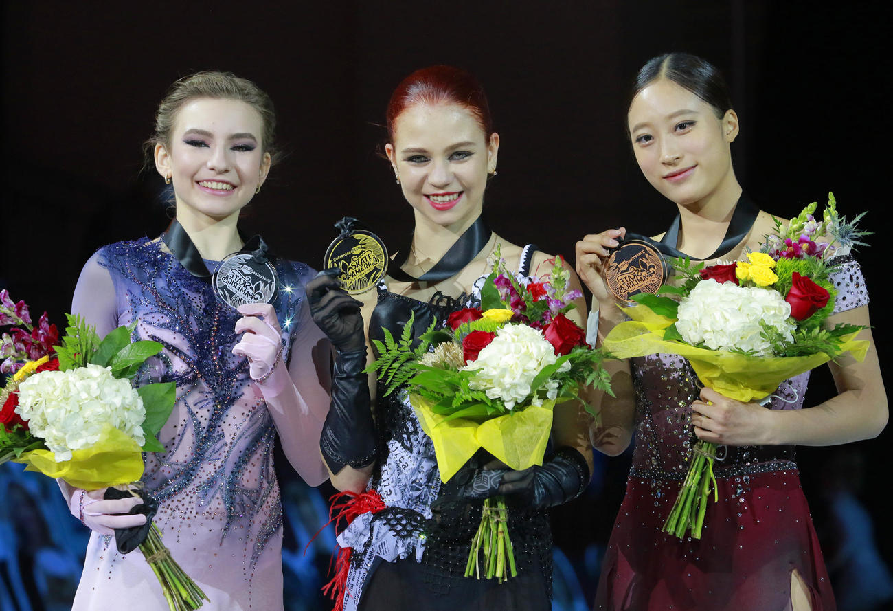 優勝したトルソワ(中央)、2位のウサチョワ(左)と3位のユ・ヨン(AP)