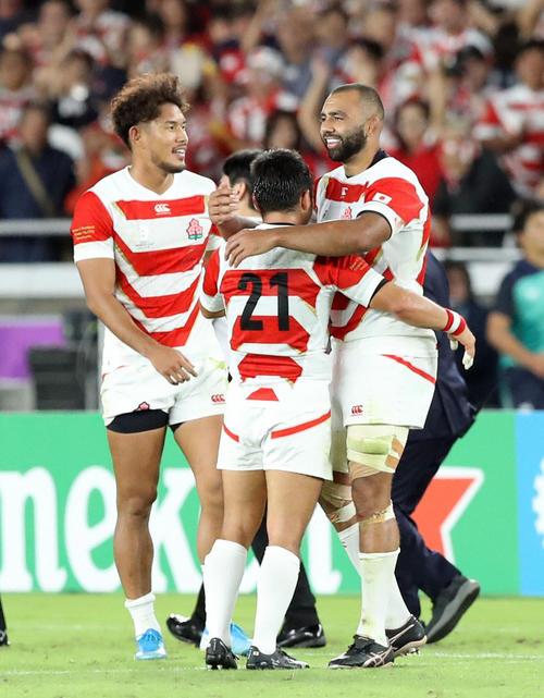 13日のスコットランド戦の試合後、田中(中央)と喜びを分かち合うリーチ(右)。左は山中(撮影・狩俣裕三)