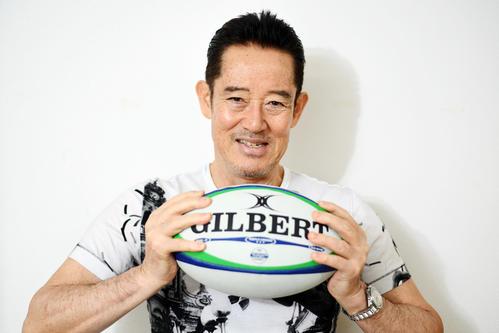 ラグビーボールを手に力強い表情を見せる山下真司(撮影・横山健太)