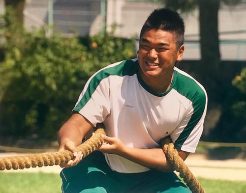 高校の体育祭で綱引きする具智元